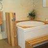 Badezimmer mit Holzverkleidung